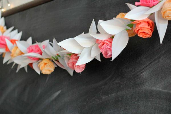 manualidad para hacer una guirnalda de papel con flores y hojas diy