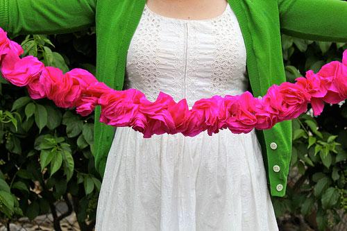 guirnalda rosa con papel crepe para decorar una boda de forma original