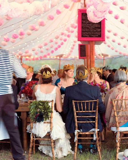 guirnaldas hechas con pompones de papel rosa muy fáciles de hacer para decorar en tu boda