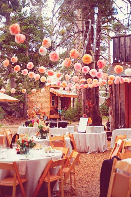 guirnalda diy con pompones de lana para decorar el techo de una boda