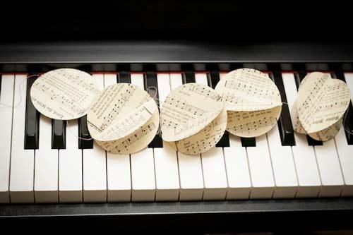 manualidad de guirnalda con hojas de libros o partituras antiguas