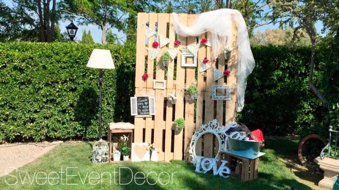 photocall de boda con pallets y otros elementos decorativos DIY