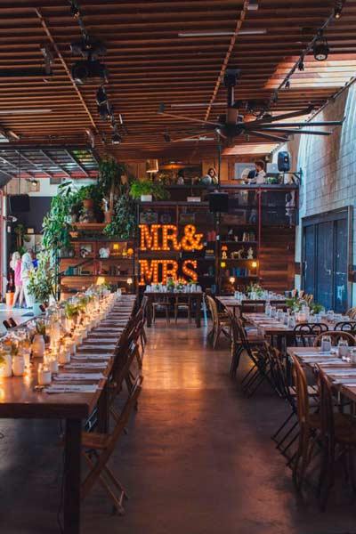 decoración original para boda con letras de luces