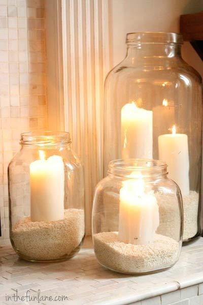 idea para iluminar una boda con tarros de cristal, arena o arroz y cirios