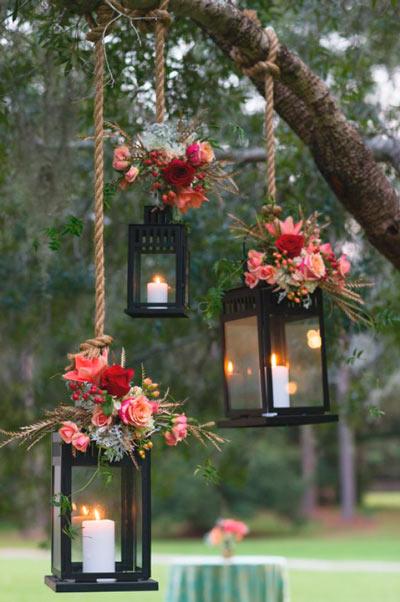 árbol decorado con farolillos con cirios y velas para una boda original y romántica