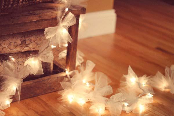 manualidad guirnalda de luces con lazos blancos, romántica y bonita para decorar bodas