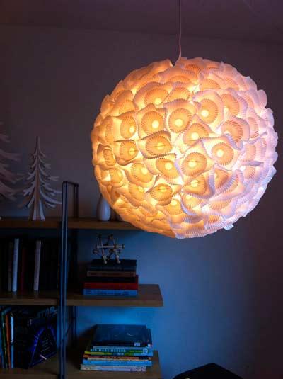 lámpara de techo hecha con papeles de cupcake, muy bonita idea para una boda o celebracion