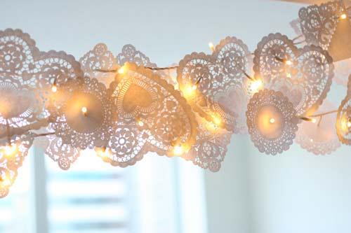 manualidad de guirnalda con blondas de pasteles y tiradas de luces led para decorar