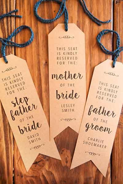 idea original para señalizar las mesas de los invitados de una boda con etiquetas de ropa