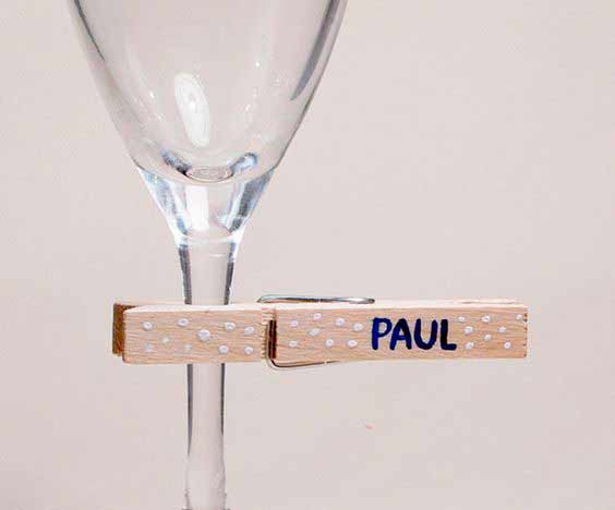 idea fácil y original para señalizar dónde se sentarán los invitados con una pinza en la copa