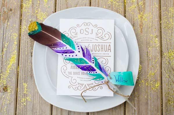 pluma decorada diy para señalizar dónde se ubican los invitados de una fiesta