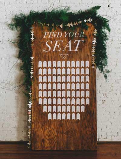 otra idea de decoración para boda rústica con el mural de invitados de madera con etiquetas