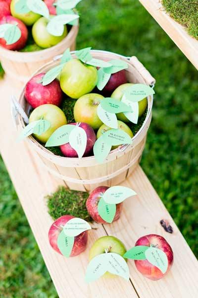 idea muy original, barata y rústica de distribución de invitados en las mesas del convite en cestos de manzanas