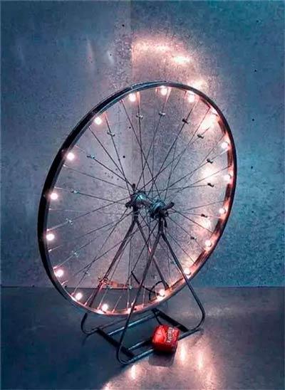 lámpara vintage original hecha con la llanta de una bicicleta antigua