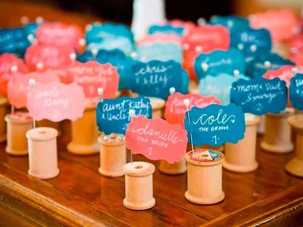 carretes de hilo utilizados como originales y divertidos marcasitios para las mesas del banquete de bodas