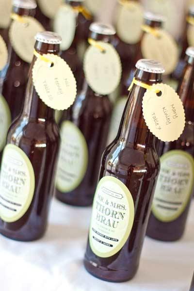 idea original para señalizar las mesas de un banquete de bodas en las etiquetas de las cervezas