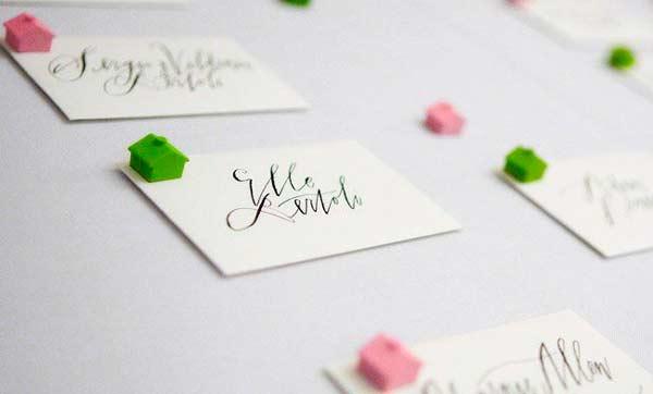 tarjetas marcasitios sencillas y originales con caligrafia y una casita monopoly