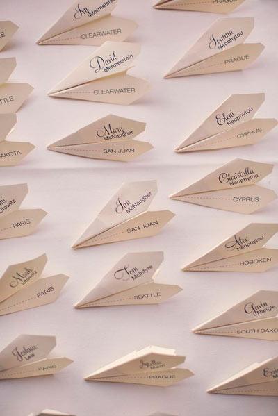 avioncitos de papel para señalizar la ubicación de los invitados en el banquete