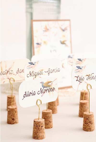 corchos de botellas usados como soporte para tarjetas marcasitios de una boda diy