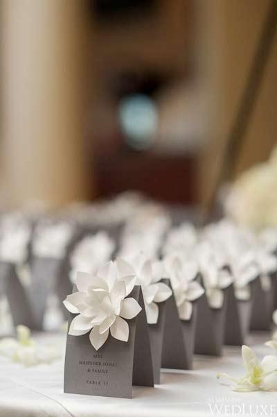 idea original para señalizar las mesas de los invitados con flores de origami