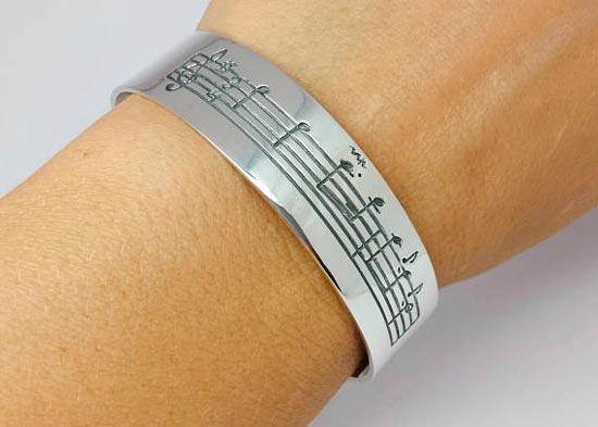 pulsera personalizada con la partitura de una canción que tú elijas, ideal para regalo de navidad