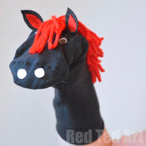 marioneta de mano con un calcetin diy en forma de caballo