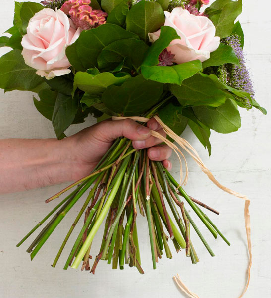 tutorial para hacer un ramo de flores: paso 7 (atar)