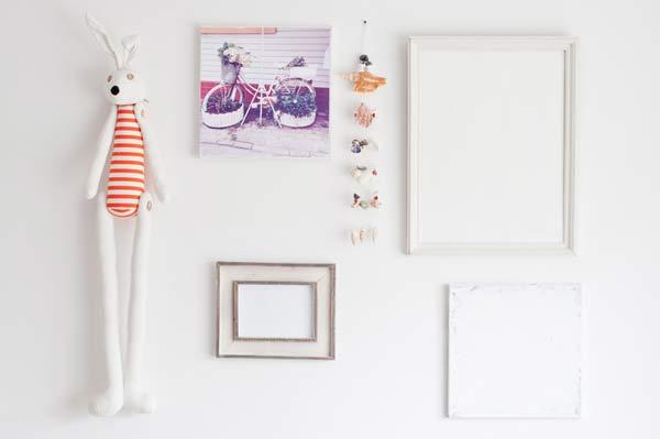 idea para decorar una habitación infantil con marcos