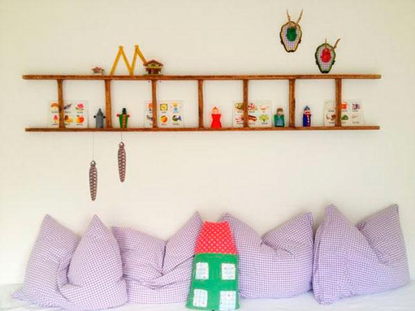 idea de decoración para habitación infantil con una escalera de mano como estantería