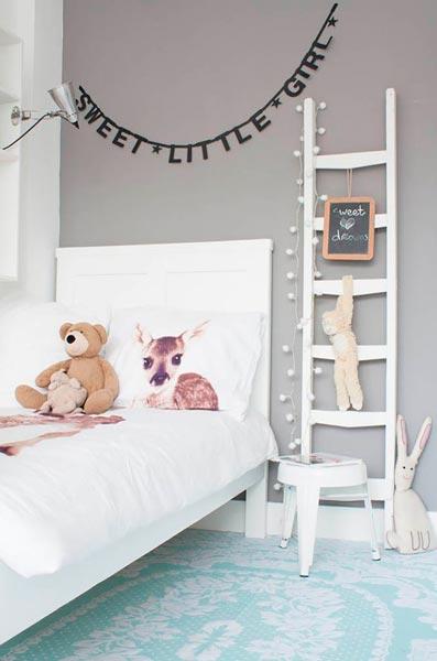idea de decoración para habitación infantil con una escalera de mano