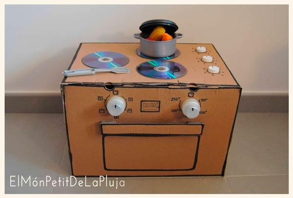 cocina infantil casera con caja de carton