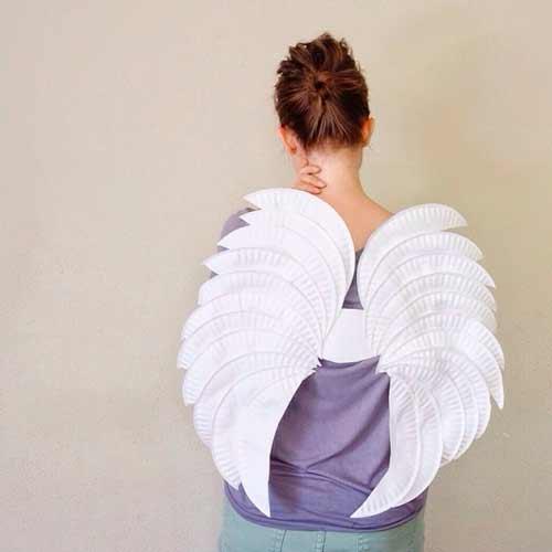 alas de ángel blancas con platos de papel desechables