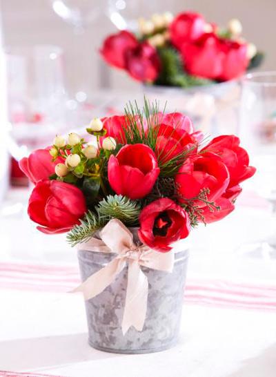 centro sencillo con tulipanes rojos y acebo.
