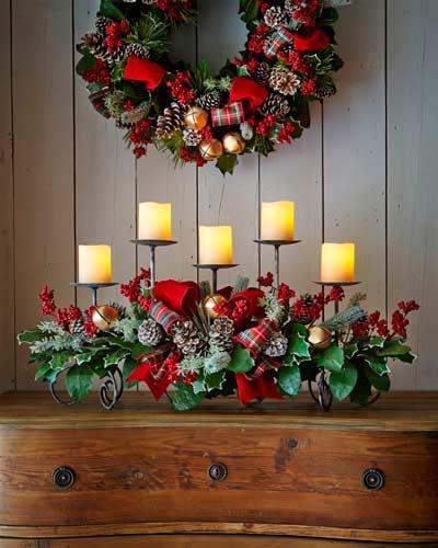 Candelabro decorado para Navidad con lazos, cascabeles y piñas