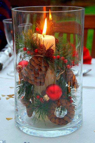 Jarrón ancho de cristal con cirio y elementos decorativos de Navidad