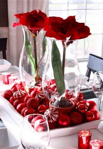 Decoracion diy de mesa de navidad con flores rojas y adornos del árbol