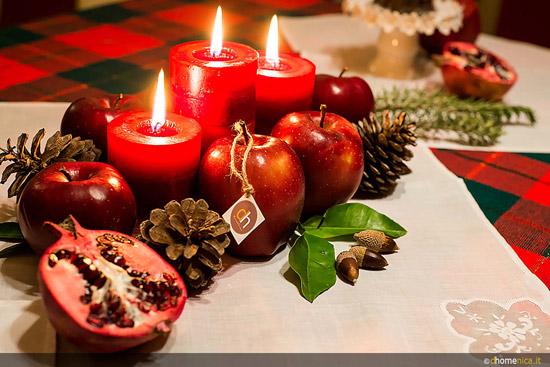 centro navideño casero con manzanas, granadas, bellotas, piñas silvestres y velas