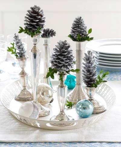 candelabros con piñas para decorar la mesa en navidad