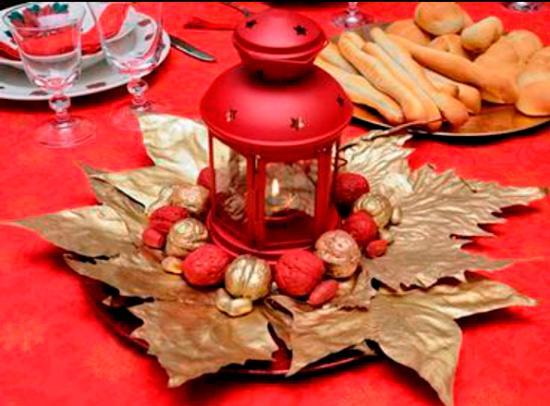 Centro navideño casero: hojas secas, nueces pintadas y farolillo
