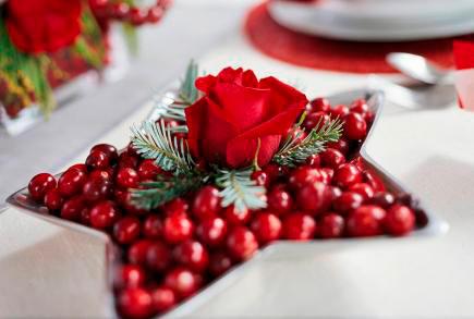decoracion de navidad para la mesa con arándanos y rosa