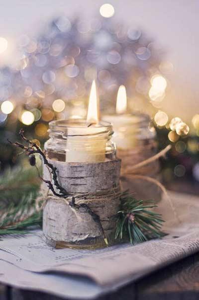Portavelas navideño hecho con un frasco de cristal, pino y corteza de árbol