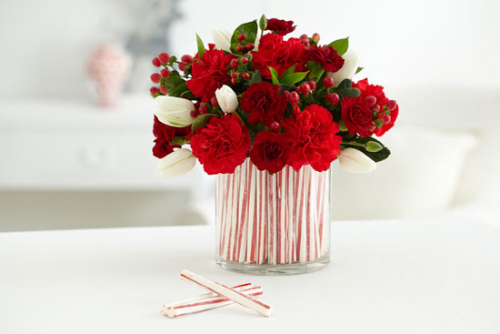 centro de navidad con claveles rojos y tulipas blancas