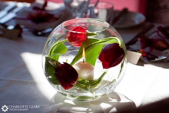 pecera decorativa para la mesa de navidad o fin de año con tulipanes y una vela