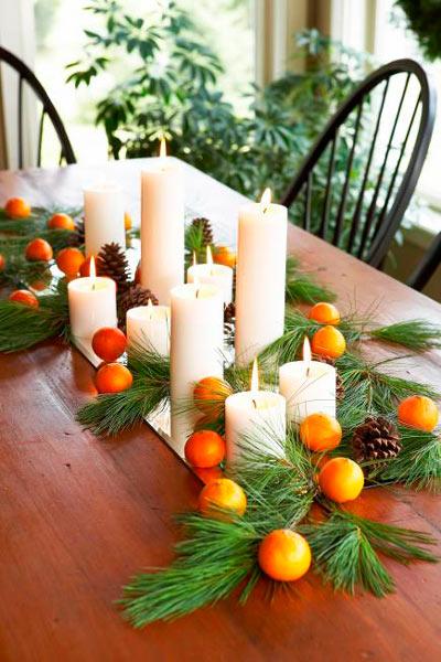 centro de navidad casero con pino y naranjas