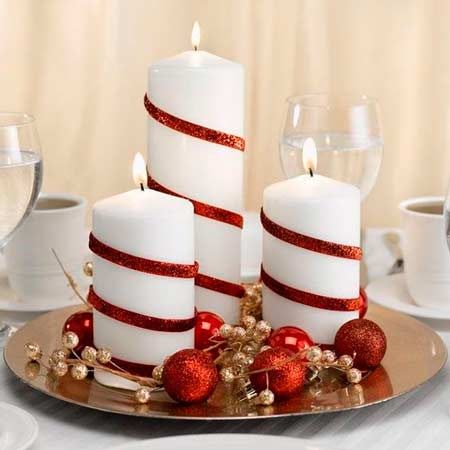 Centro de mesa para navidad con cirios de color rojo y blanco