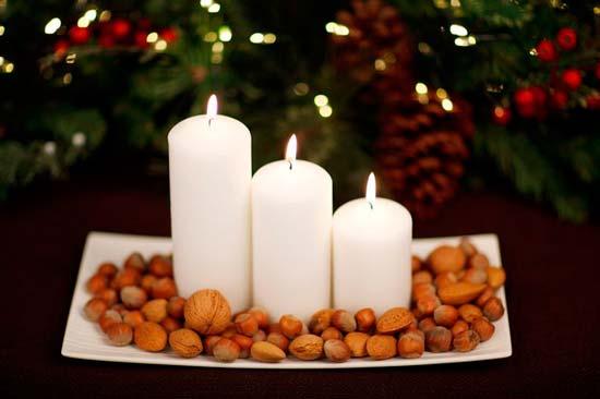 Centro de Navidad muy fácil: cirios blancos y frutos secos