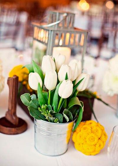 centro de mesa fácil para navidad con tulipanes blancos