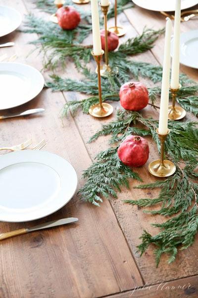 Decoración original para la mesa de navidad con plantas y frutas