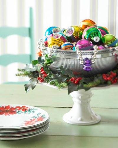 centro de navidad casero con bolas del árbol y muérdago