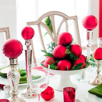 idea original para decorar la mesa en navidad con bolas del árbol y candelabros